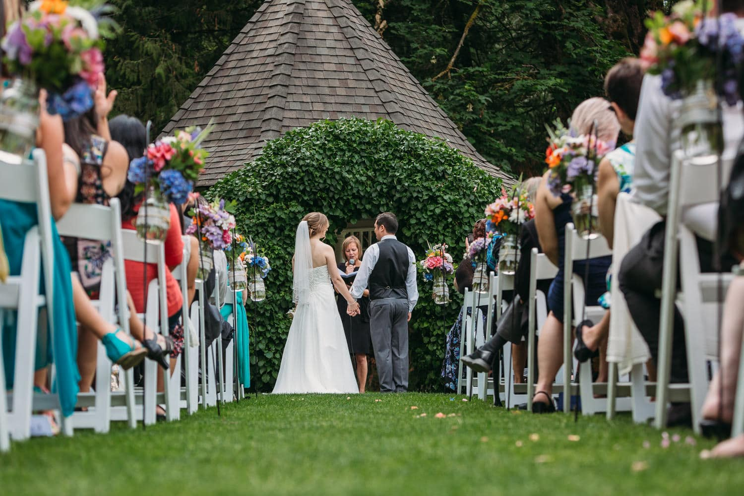 heronsbridge in abbotsford outdoor wedding ceremony with joanne knight